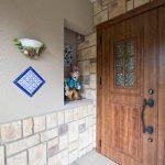 売主様こだわりのタイルが施工された玄関アプローチ。(玄関)