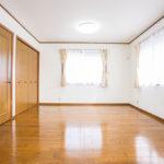 2階洋室12帖。3面採光で明るい居室です。(寝室)