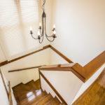 階段には大きい窓があり、暗くなりがちな2階の廊下まで明かりが届きます。(寝室)