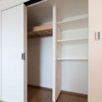 洋室クローゼット。コート掛けと可動棚が配置されています。(寝室)