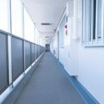 余裕ある幅がある共用廊下。