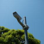 マンション敷地内に防犯カメラが設置されています。