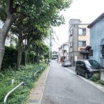 専用庭前面の道路。閑静な住宅街に立地したマンションです。
