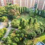 美浜東エステートは敷地内が緑豊かなマンションです。