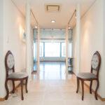 石貼りの床やスポットライトによって高級感ある雰囲気が演出されているギャラリー。