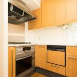 ビルトイン浄水器、コンベック、食洗機付きのシステムキッチン。(キッチン)