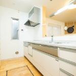 食洗機・浄水器一体型水栓付きシステムキッチン。リビングを見渡せる対面キッチンです。(キッチン)