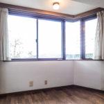 洋室11帖の窓は採光面が広いコーナーウィンドーが採用されています。(寝室)