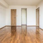 洋室11帖は廊下を通らずに洗面室、浴室へ直接行くことができる扉が付いてます。(寝室)
