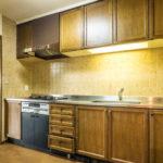 使い易いシステムキッチン。キッチンスペースは約3.5帖。パントリー(食品庫)が付いています。(キッチン)