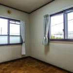 2階洋室4.3帖。2面採光の明るいお部屋。窓は二重サッシです。(寝室)