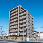 舞浜駅、新浦安駅、浦安駅行きのバス停が徒歩2分圏内にあるマンションです。(外観)