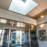エントランスは天井が高く開放的です。天井には天窓が付いています。
