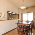 キッチンとダイニングは対面式になっています。窓は出窓カウンターで下部には収納が付いています。(居間)