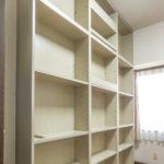 洋室4帖(右側)には天井までの本棚が付いています。子供部屋にいかがでしょうか。(子供部屋)