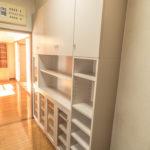 キッチンには食器棚が付いています。ご家族が多くても収納スペースが多く安心ですね。(キッチン)