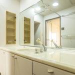 鏡が大きく空間が広く見える洗面台。