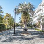 シンボルロード沿いの棟。リゾートのような雰囲気のきれいに整備されたメイン通りです。