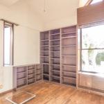 フリースペースには本棚が設置されています。趣味の空間や書斎にいかがでしょうか。