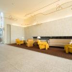 ●エントランスロビーにはソファーが設置されています。