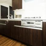 ●キッチンのカウンター上部には収納が付いています。(キッチン)