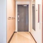 玄関には天井までスペースがあるたっぷりの収納が付いています。(玄関)