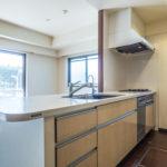 キッチンには角部屋なので窓が付いています。さらに1階なので床下収納が付いています。(キッチン)