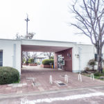 見明川団地の中心にある管理事務所。敷地内はきれいに整備されています。