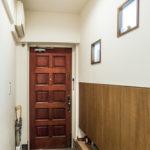 暗くなりがちな玄関も、窓を設置することで居室から明りを取り込んでいます。(玄関)