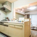 人気の対面カウンターキッチン。食洗機、システムコンロなど設備が充実しています。(キッチン)