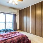 壁いっぱいのクローゼットがある主寝室。南向き陽当たり良好です。(寝室)