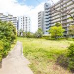 日本らしい四季が感じられる緑豊な敷地内。お子様が元気に走り回れるスペースがあるマンションです。