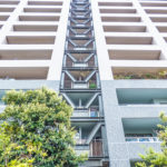鹿島建設施工の制震マンション。建物を支える杭は地中約47mの堅固な支持層へ打ち込まれています。(外観)
