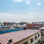 バルコニーからの眺望。前面は2階建のため開放的な眺望を眺めることができます。