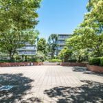 京成サンコーポ浦安の敷地内には広場や公園があり、余裕ある空間が魅力のマンションです。