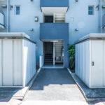 エントランス。京成サンコーポ浦安はエレベーターがないので、低層階が高く評価されるマンションです。(玄関)
