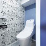 トイレはLIXILアメージュシャワートイレ。遊び心あふれるクロスを採用しました。