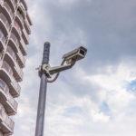 マンション敷地内には防犯カメラが付いています。