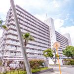 新浦安駅寄りの棟。サンコーポ東口バス停まで徒歩1分。浦安駅、舞浜駅へのアクセスも可能です。(外観)