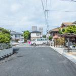 前面道路の幅員は6m。第一種低層住居専用地域に立地しています。