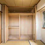 和室のクローゼットは上部の奥行きが深くなっており収納力が高くなっています。(寝室)
