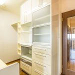 キッチンの背面にはサポートカウンターが付いたキャビネットが付いています。(キッチン)