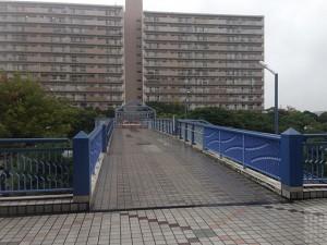 010ショッパーズと入船東エステートをつなぐ歩道橋