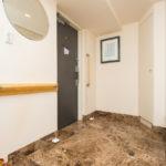 玄関にはたっぷりの収納スペース付き。ご家族が多くても安心です。(玄関)