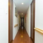 玄関、廊下、トイレ、洋室の一部に手擦りが施工されています。