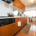 リビングが見渡せる人気のカウンターキッチン。隣接したファミリーステーションでは、家事をしながらお子様(キッチン)
