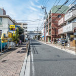前面道路。浦安市北栄2丁目は閑静な住宅地です。