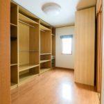 収納棚が配置された2階洋室6帖。(寝室)