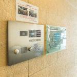 来訪者が見えるモニター付きオートロック。シーガーデン新浦安は非接触キーが導入されているマンションです