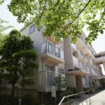 緑豊かな住環境。落ち着いた雰囲気のマンションです。(外観)